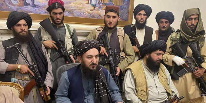 Combattenti talebani siedono in una stanza del palazzo presidenziale.  Foto: AP / dpa