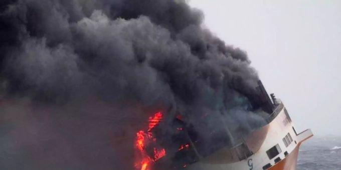 """Das Containerschiff """"Grande America"""" steht in Flammen im Golf von Biskaya vor der Westküste Frankreichs. Foto: Loic Bernardin/Marine Nationale/AP"""