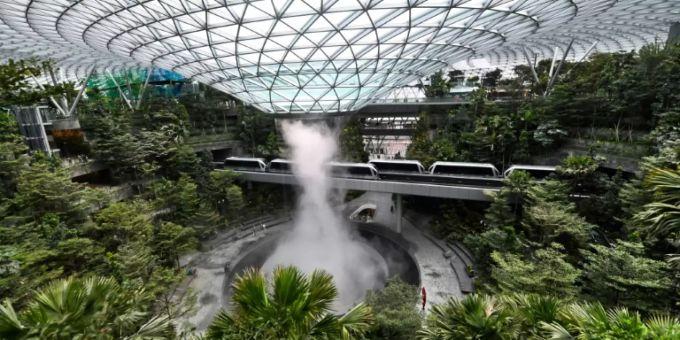 Flughafen In Singapur Präsentiert 40 Meter Hohen Wasserfall Und