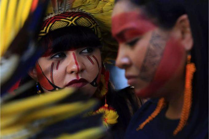 Brasilien-frauen, die mannrucksack suchen