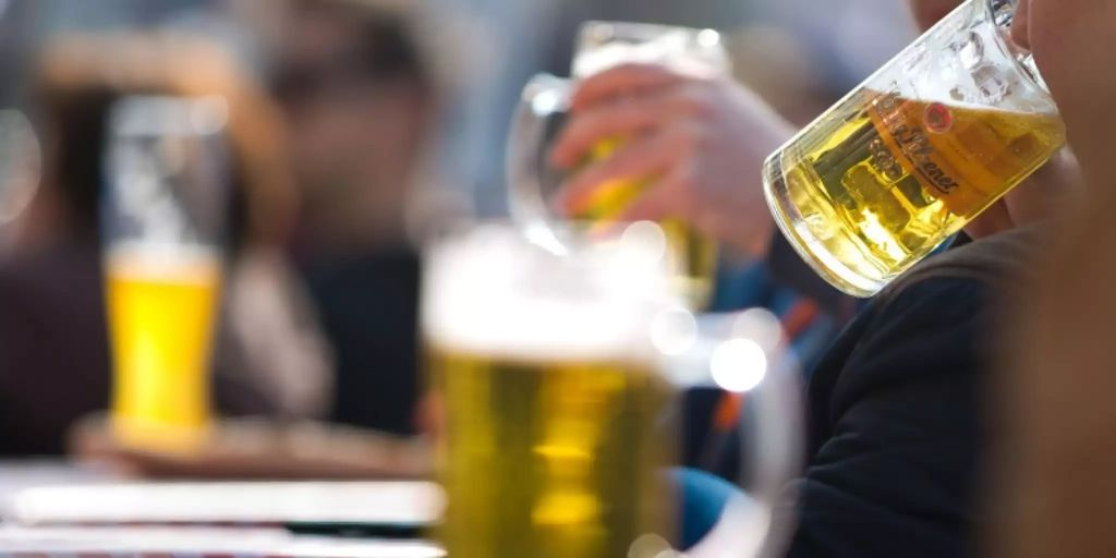 Schon geringe Mengen an Alkohol sorgen für Bluthochdruck