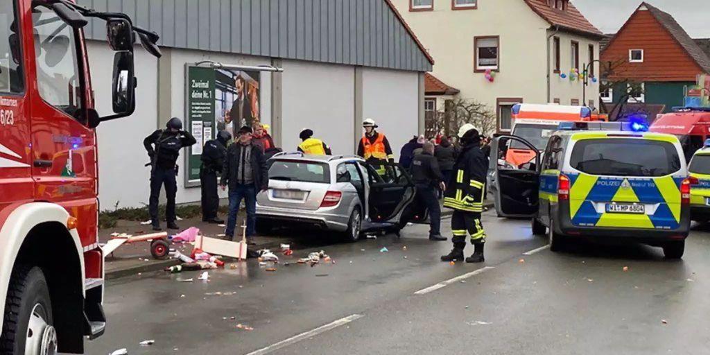 Auto Rast In Rosenmontagszug