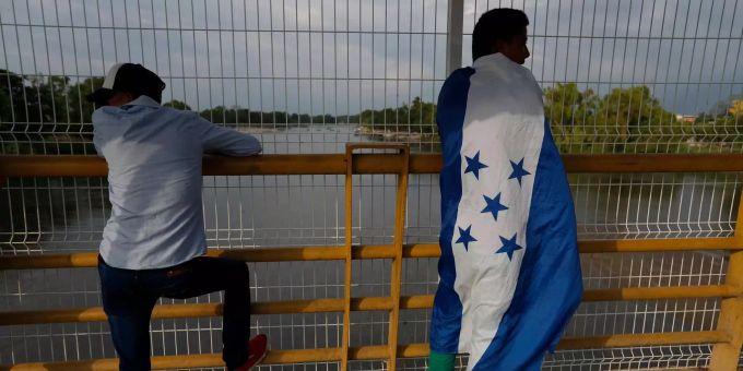Mexiko Kartell Brücke.Migranten überqueren Mexikos Grenze Ohne Registrierung