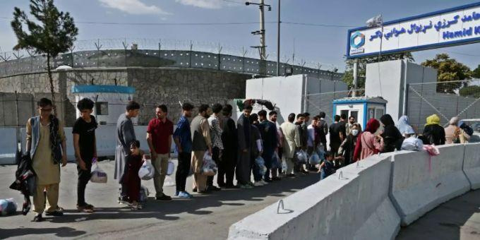 Afgani che desiderano lasciare il Paese all'aeroporto di Kabul